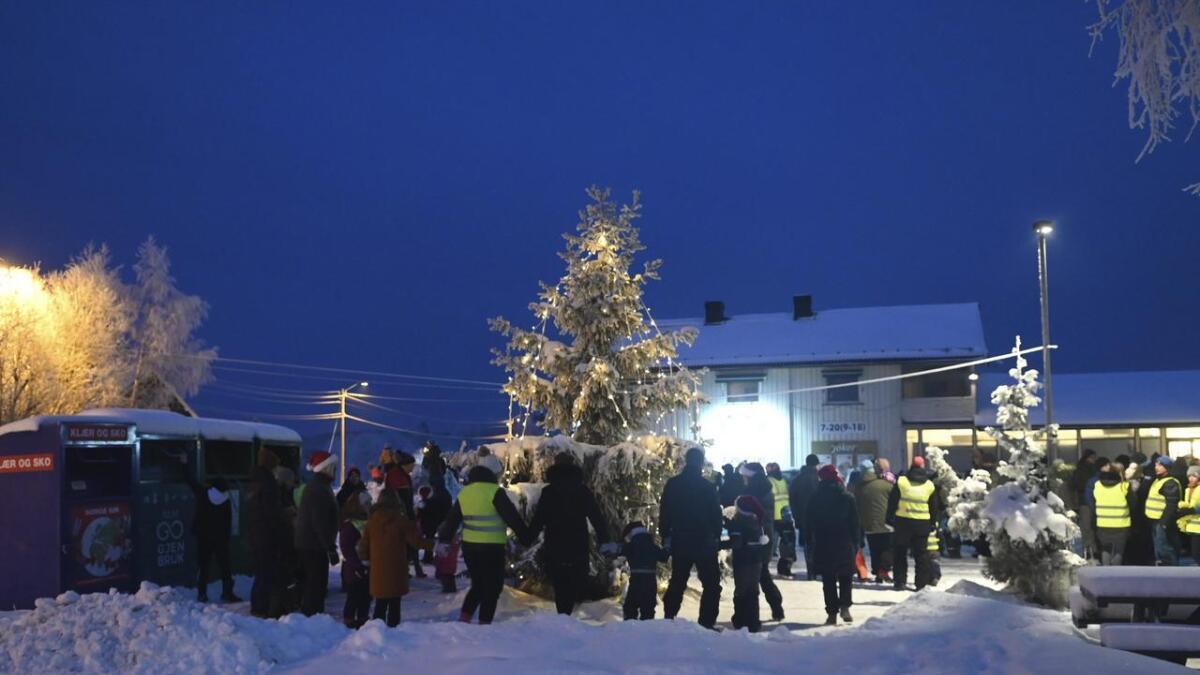 Utenfor Joker Brårud var det stemningsfullt da juletreet ble tent søndag ettermiddag. Jerpestad og Brårud skolekorps spilte.
