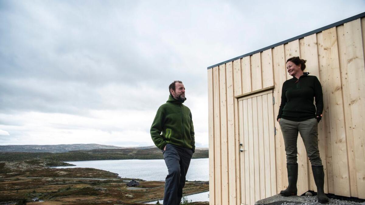 Fredrik Ottesen (f.v.) og Elin Øy hadde badstue høgt oppe på ynskjelista då hytta deira skulle byggjast om. No er badstue-draumen realisert.