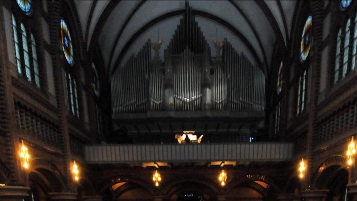 I kirkerommet oppleves en iscenesatt begravelsesritual.