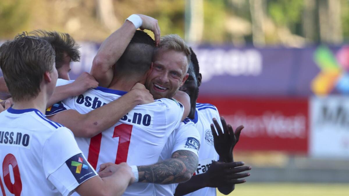 Alonso Sanchez (nr. 11) sette inn 2–0 ved eit smart frisparktrekk. Her blir han gratulert av lagkameratane.