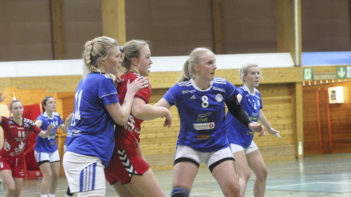 R&Ås håndballdamer får likevel fortsette i 3. divisjon, og det har de takket ja til. Bildet er fra sist sesong, og vi ser fra v. Ida Nilsen Bergersen, Siv-Anita Granum og Linn Buskenes Andersen i en kamp.