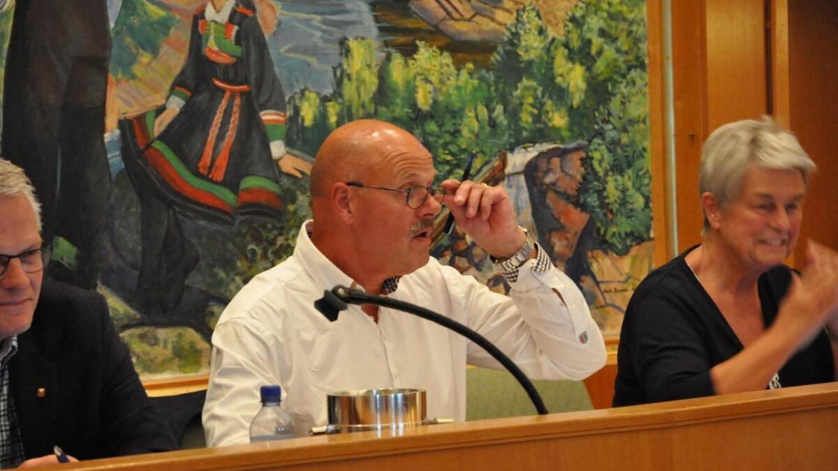 Ordfører Nils-Olav Larsen måtte svare på de spørsmål Geir Wehus (Ap) hadde om strandstien i Nesane.