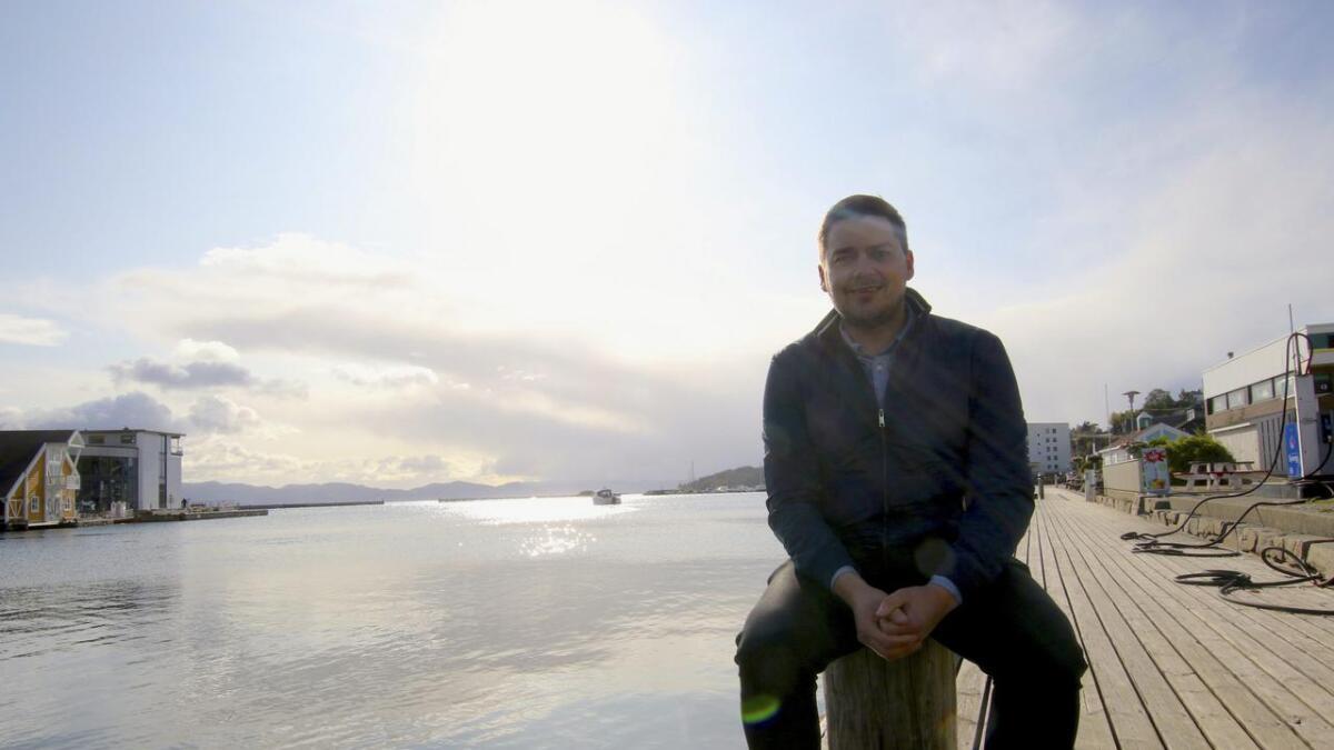 Tala på båtbesøkande i Os hamn er stigande. Jon Sivert Rykkel trur potensialet er endå større og lovar meir aktivitet i hamna neste sommar.
