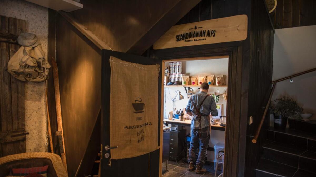 Adrian Seligman brenn kaffi i hjørnet av Hemsedal Flatbrødbakeri på Hemsegarden.