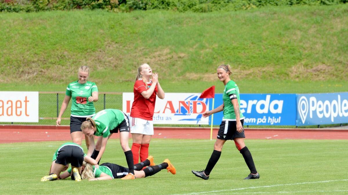 Tidligere Amazon-spiller Kamilla Aabel ble så glad etter at hun scoret for gamlelaget i dag, mens Byåsenspilleren i rødt knapt kan tro det hun nettopp har opplevd.