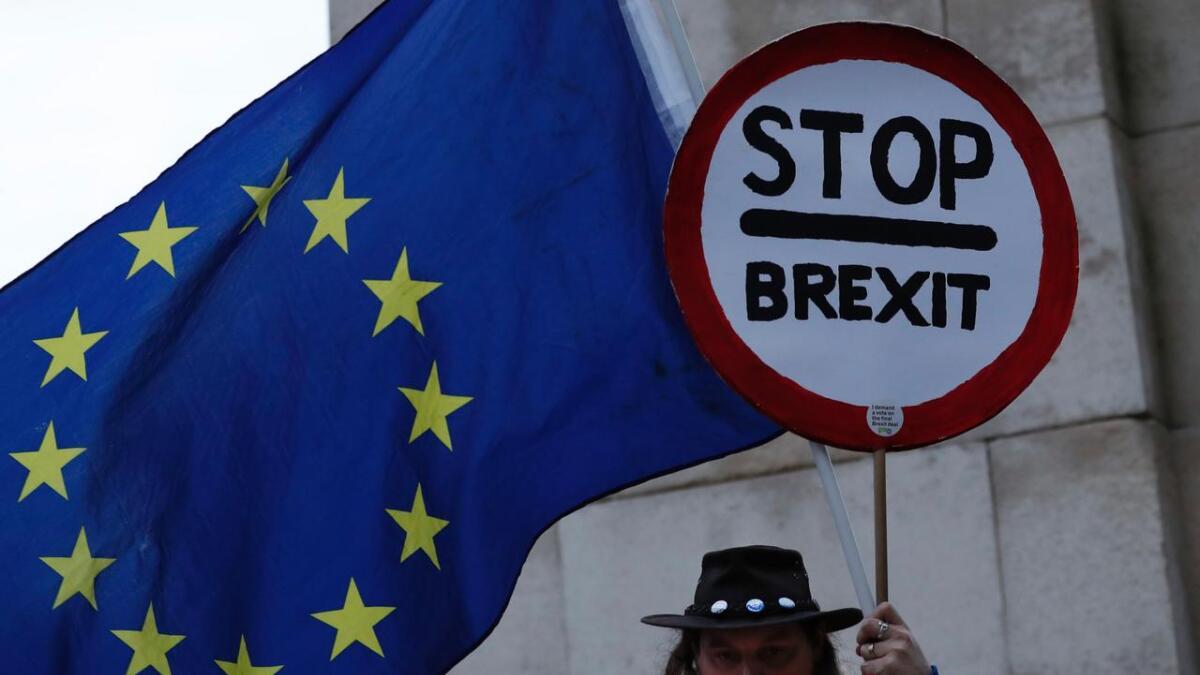 En britisk EU-tilhenger står under EU-flagget i London. Januar 2019. Illustrasjonsfoto.