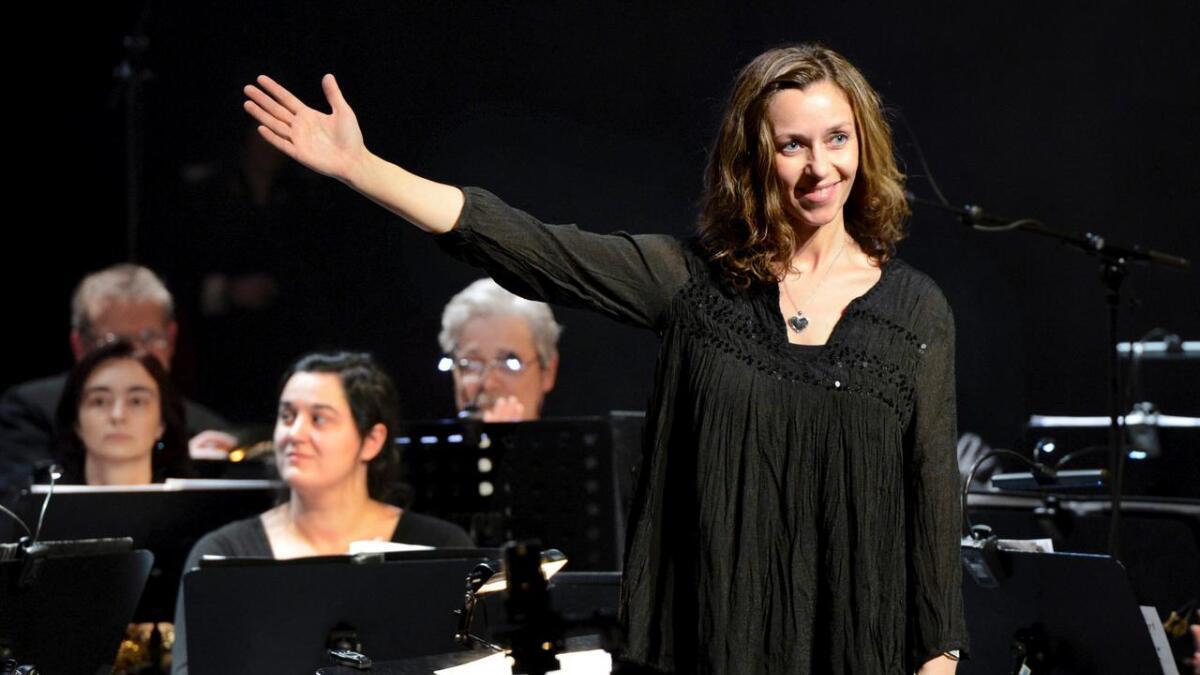 Norges Muikkorps Forbund har aldri tidligere delt ut en solistpris til en dirigent. Men nå har Arendal Byorkesters dirigent Britt Hilde Våge fått en! I helgen ledet hun Byorkesteret til både gullmedalje og opprykk. Dette bildet er tatt under nyttårskonserten i Arendal 2013.