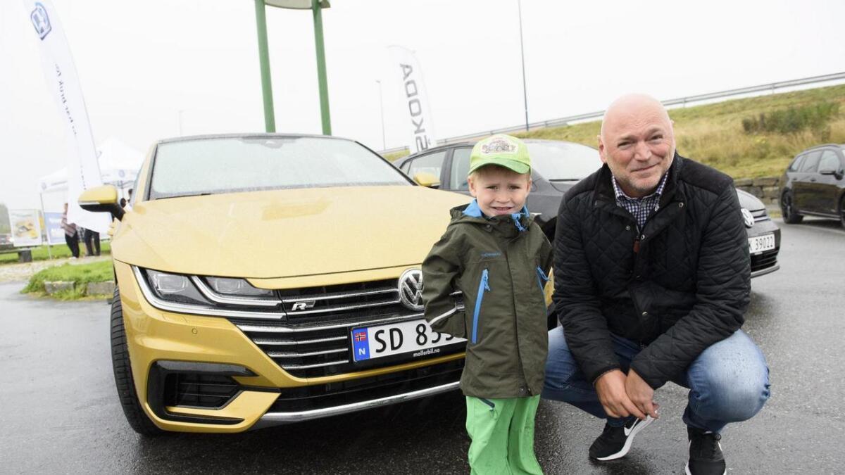 Robin (3) og Bjarte Skimmeland frå Ådland fekk prøva kvar sin bil denne dagen.