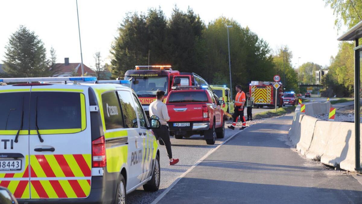 Bergingsbil er kommet, i tillegg til ambulanse, politi og brannbil.