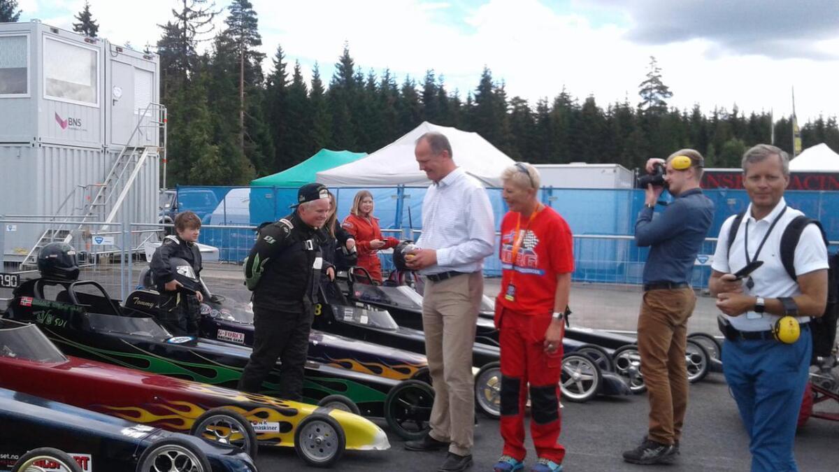 William og resten av Junior dragstar-gjengen som køyrar Noregscupen fekk tidlegare i sommar vitjing av samferdsleminister Kjetil Solvik- Olsen.