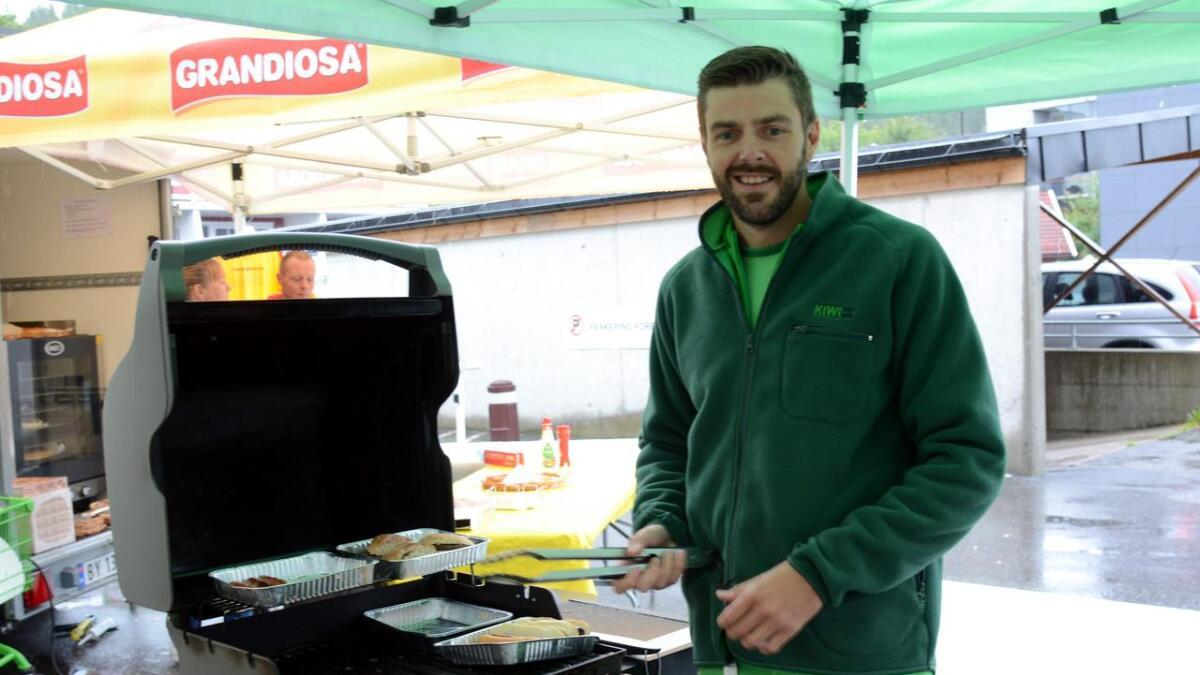 Butikksjef Glenn Vik hadde for anledningen påtatt seg ansvaret som grillsjef, og sørget for pølser og hamburgere til kundene.