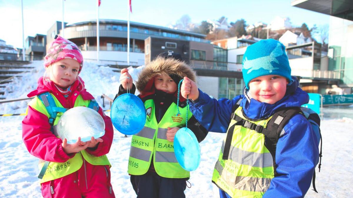 Malin (5) og William (4) og Patrick (4) fra Eplehagen barnehage viser stolt frem iskunsten de selv har laget før den settes bort i utstillingen. Malin forteller at hun har laget kunst i is før, men at det ikke har blitt stilt ut slik som dette. For guttene er det første gang de har laget iskunst. - Kjempegøy, sier de enstemmig.
