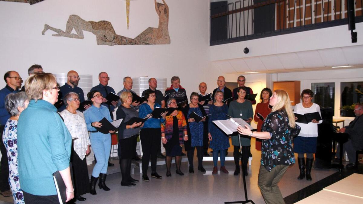 Sortland korforening med dirigent Sigrid Randers-Pehrson var et godt førjulsvalg søndag kveld.