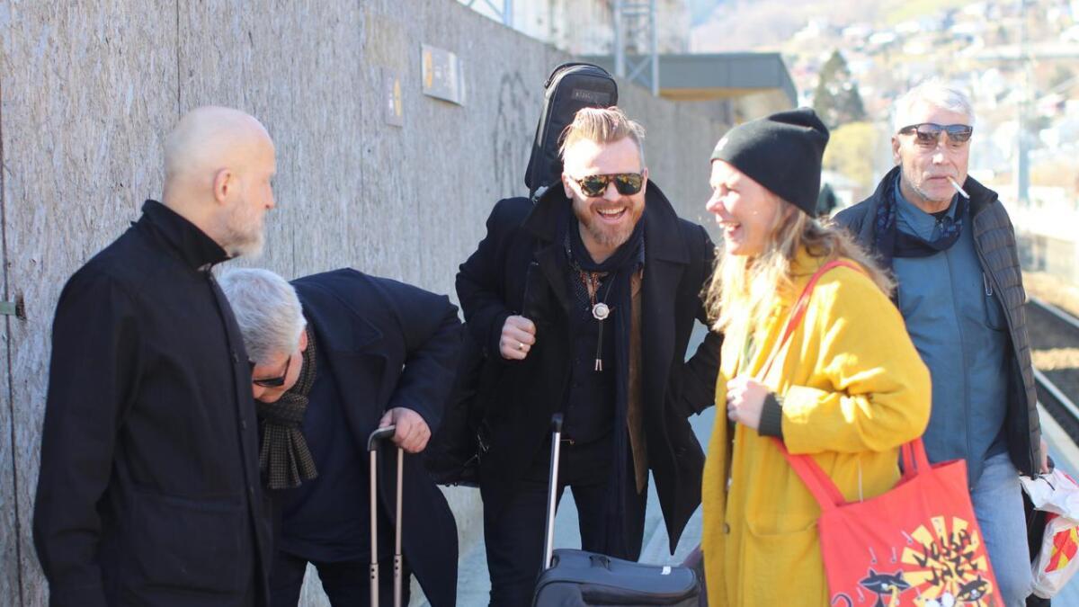 Trude Storheim ynskjer gitarist Amund Maarud, med fleire, velkomne til Voss i vårsola.