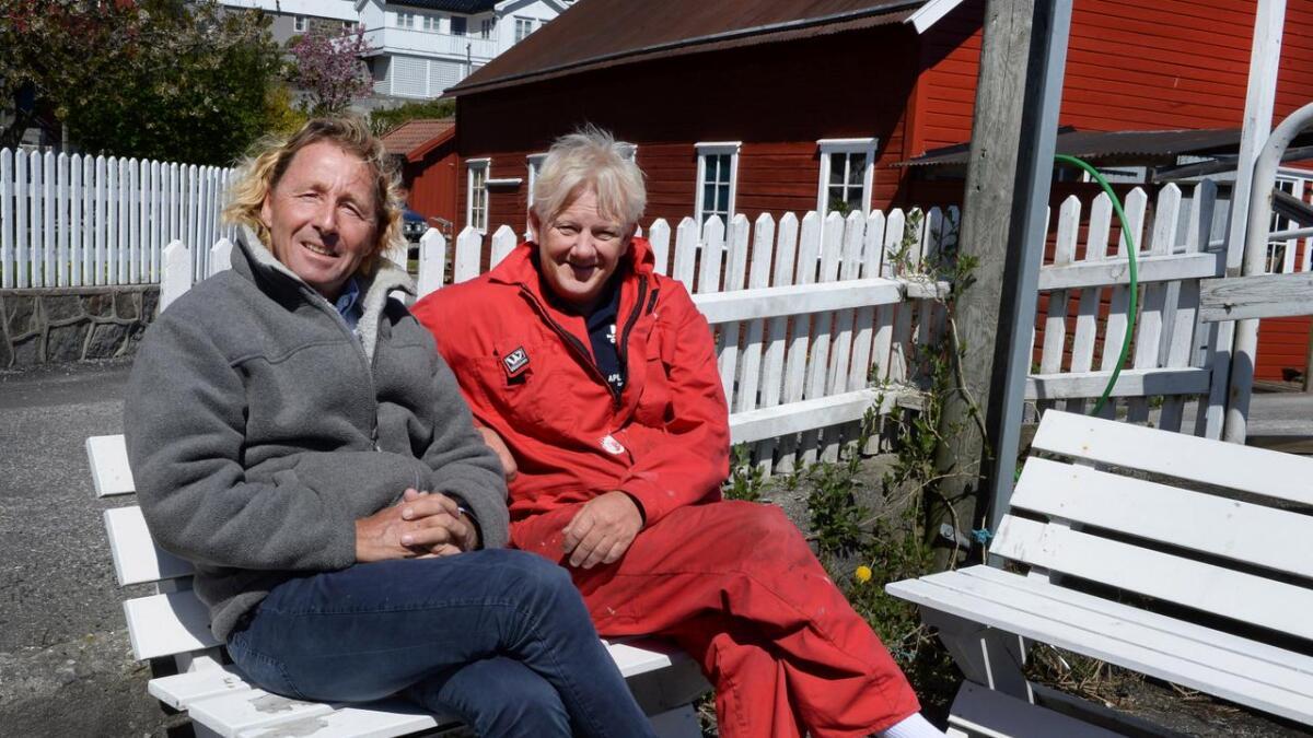 Guttorm Guttormsen og Jan Krøger på benken i Kolbjørnsvik søndag formiddag.