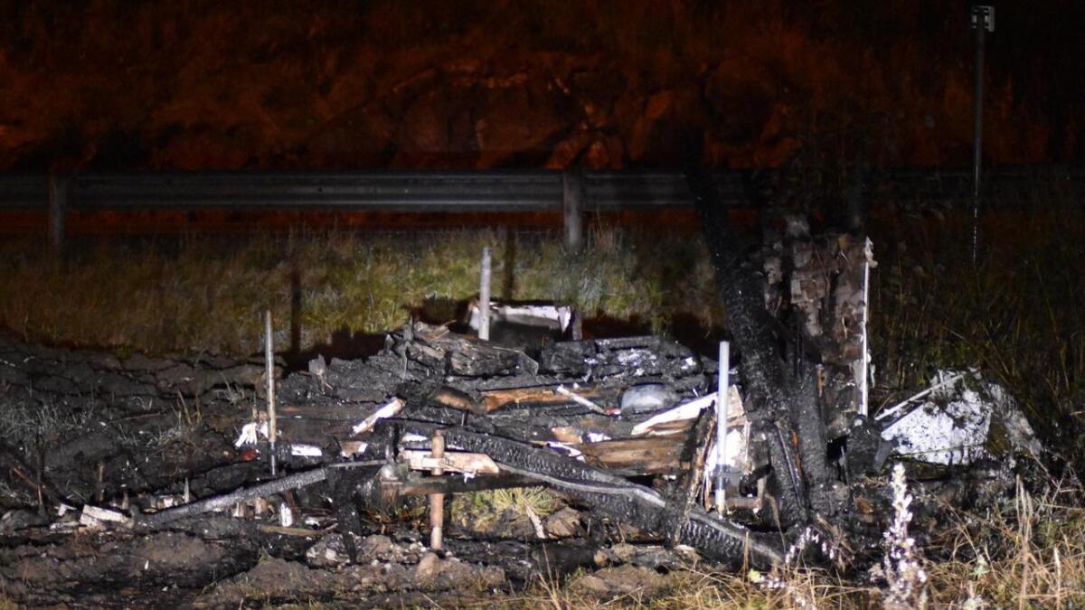 Brannvesenet fikk kontroll på brannen i brakka, som har brent til grunnen.