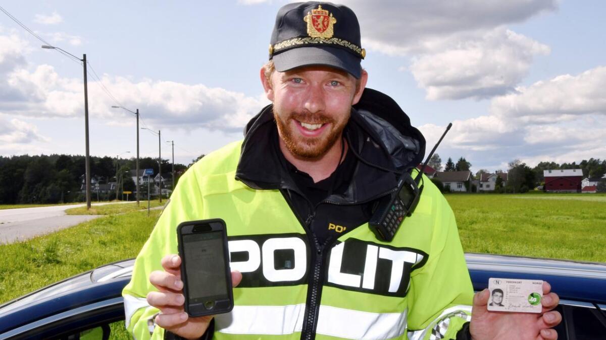 Alt UP-betjent Christoffer Karlsen trenger, er førerkortet ditt og tjenestemobilen, for å utferdige forenklet forelegg. Her med «lappen» til Frolendingens redaktør, som fikk det igjen uten fartsbot. Denne gang.