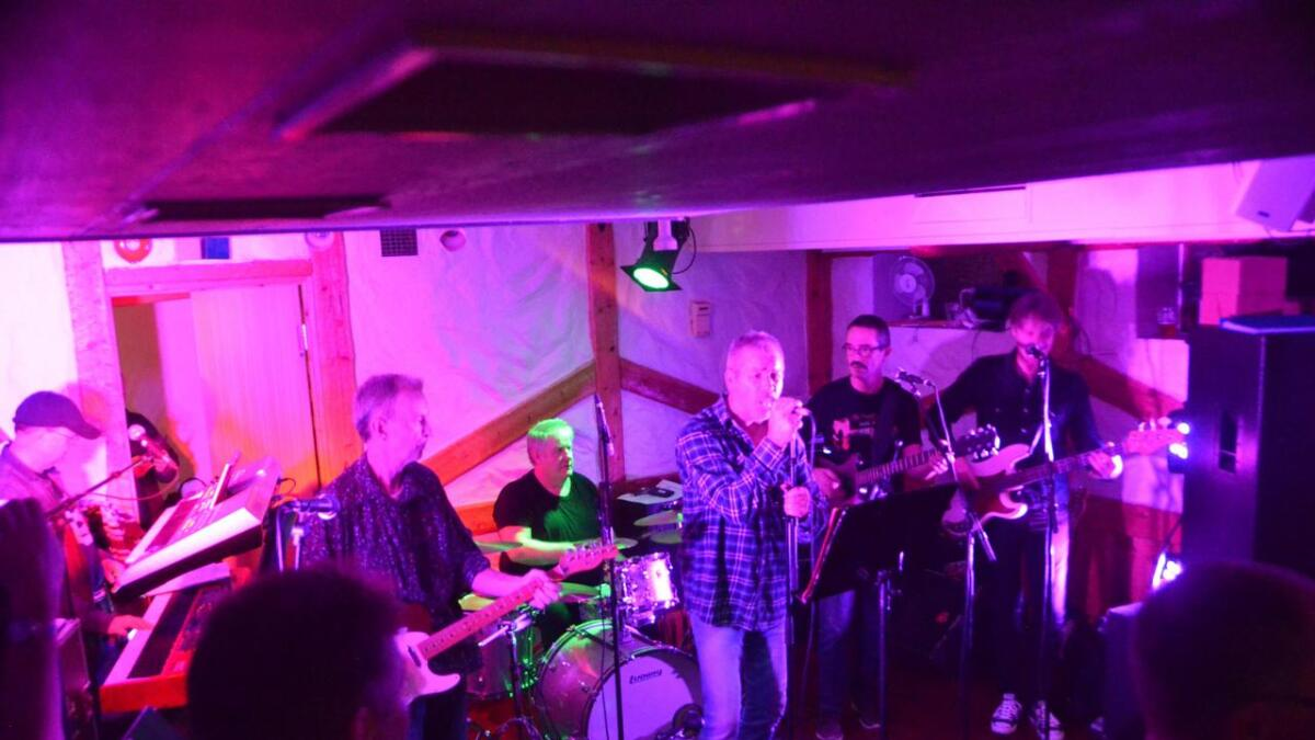 Det var full fyr i Puben då Donakee spelte laurdag kveld. Frå venstre Øystein Hesjedal, Olav Auro, Kai Henning Fotland, Harald Birkeland, Øystein Hesjedal og Jan Eirik Gullbrå.