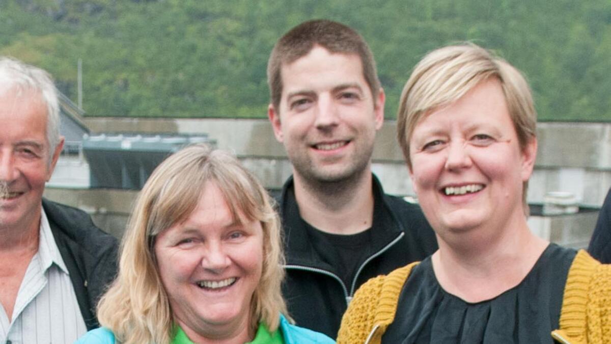 Senterpartiets fylkestingskandidat Monika Sande (i grønt) på besøk i Bø, sammen med partiets lokale listekandidater Berit Hansen, Heidi Falch, Svein Tobiassen og Guttorm Veabø (t.h.) – og her på besøk ved Egil Kristoffersen og sønner, representert ved driftsleder på slakteriet Kim Celius (midten bak) og sjefen Eva Kristoffersen (i gult).