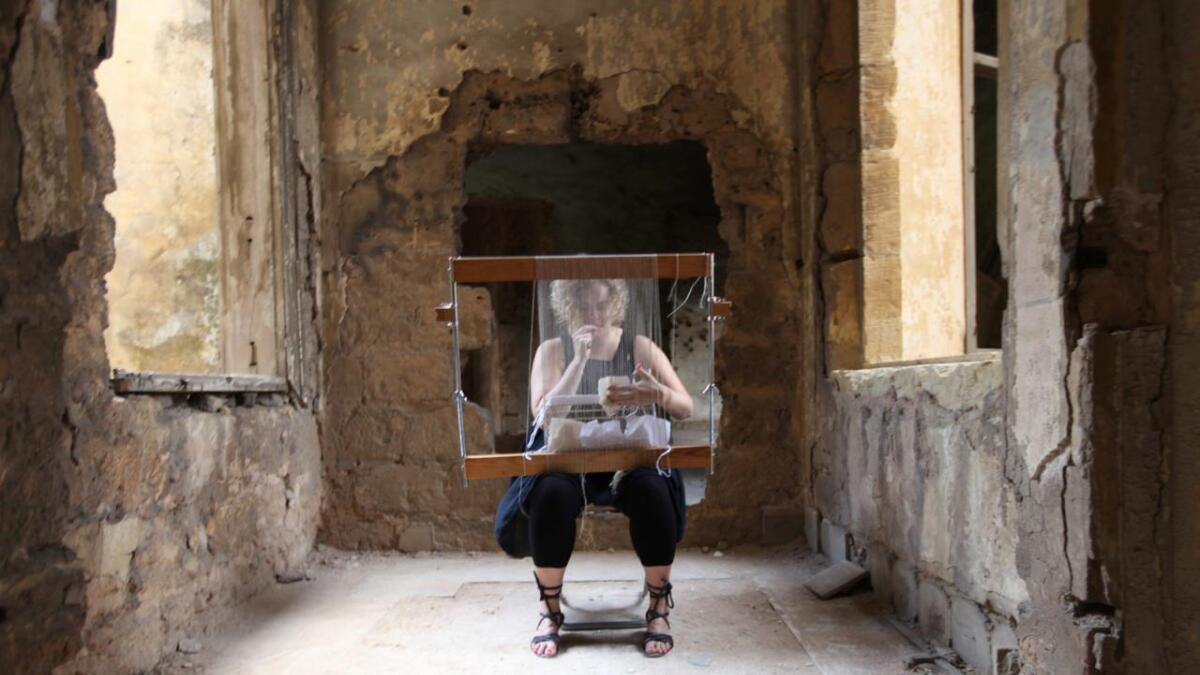 Mari Meen Halsøy har gjort det til sitt prosjekt å veve over krigssår i Beirut.