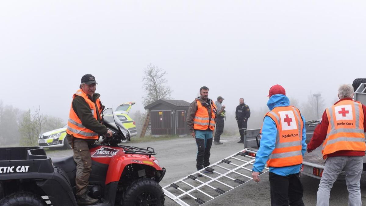 Politi og frivillige leiter etter den sakna kvinna på Holsåsen.