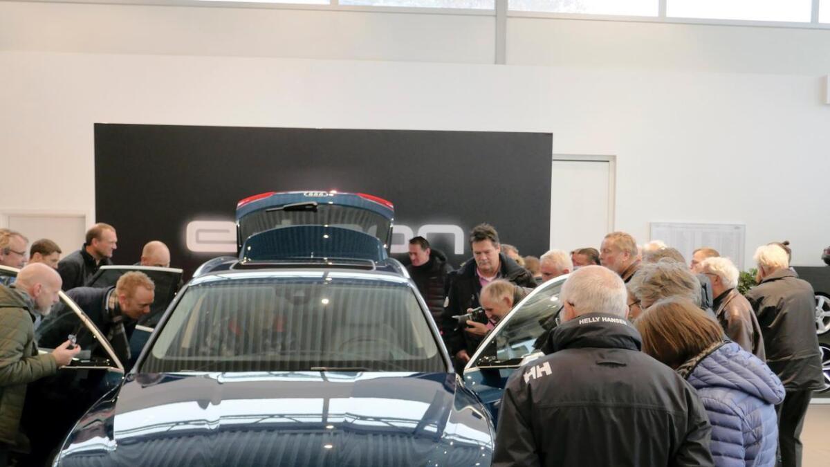 Det manglet ikke på interesse da Audis første elbil ble presentert hos Gromstad Auto mandag. 7.000 potensielle kunder har satt seg på venteliste. Det er stor interesse for de foreløpig ganske få elbilene som kan overta rollen som hyttebil med firehjulstrekk og mulighet for å dra tilhenger.