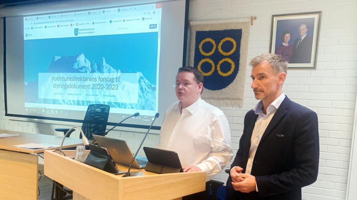 Kommunedirektør Ola Morten Teigen (t.v.) og økonomisjef Tommy Løveng Hansen.