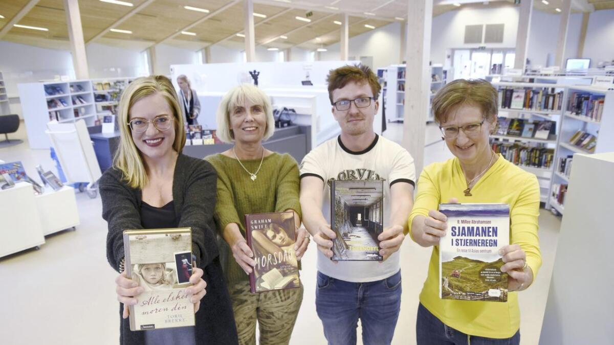 (F.v.) Tonje Salvesen, Kari Moen, Alexander Almvik og Brit Østerud har funnet fram bokanbefalinger til sommerens lesedager.
