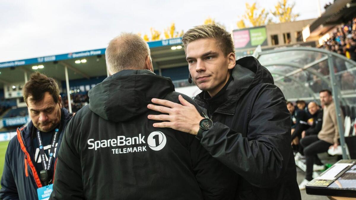 Marius Lien har vært fjerdedommer på Skagerak Arena mange ganger de siste årene. Her takker han Dag-Eilev Fagermo for kampen.