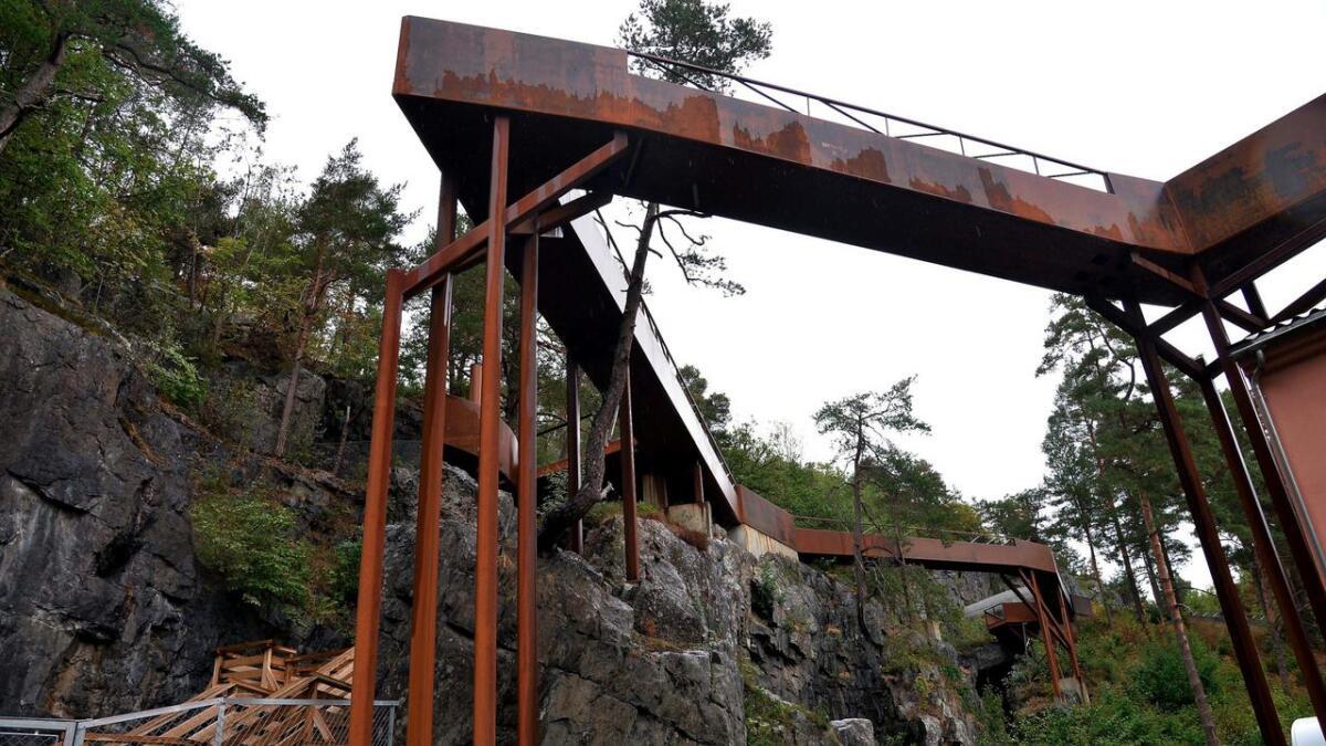 Slik ser de svevende stiene som går ut fra 3. etasje i Bomuldsfabriken Kunsthall og over i Torbjørnsbu gruver.
