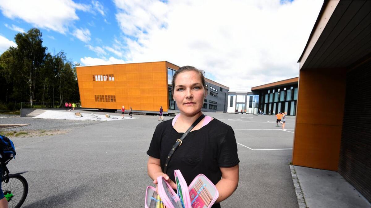 Guro Horten Solberg konstaterer at datteren Adeline ikke får bruke det fine pennalet hun har fått av bestemor og bestefar. Slikt utstyr kan visst ta oppmerksomheten bort fra undervisningen.