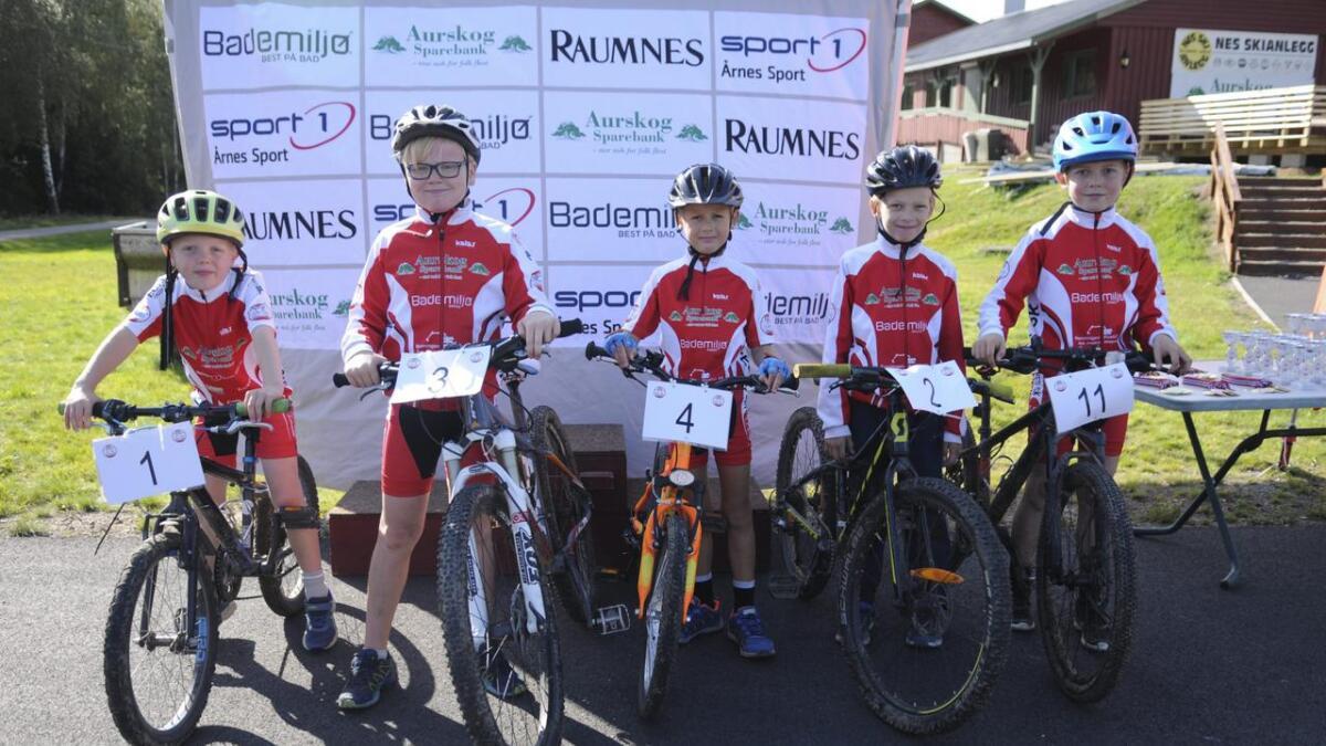 Sigurd Baarstad, Petter McKinley Svendsen, Alexander Czajka, Leif Martin Syversrud og Aksel Kristian Baarstad, synes det er gøy å konkurrere på sykkel. Begge