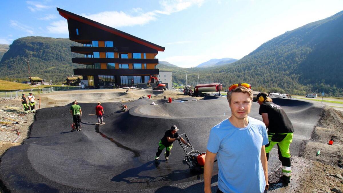 Joar Wæhle og Myrkdalen fjellandsby investerer 20 millionar kroner i ulike sykkeltilbod. Siste nye er ein asfaltert «pump-track like ved hotellet. Banen skal opnast fyrstkomande sundag.