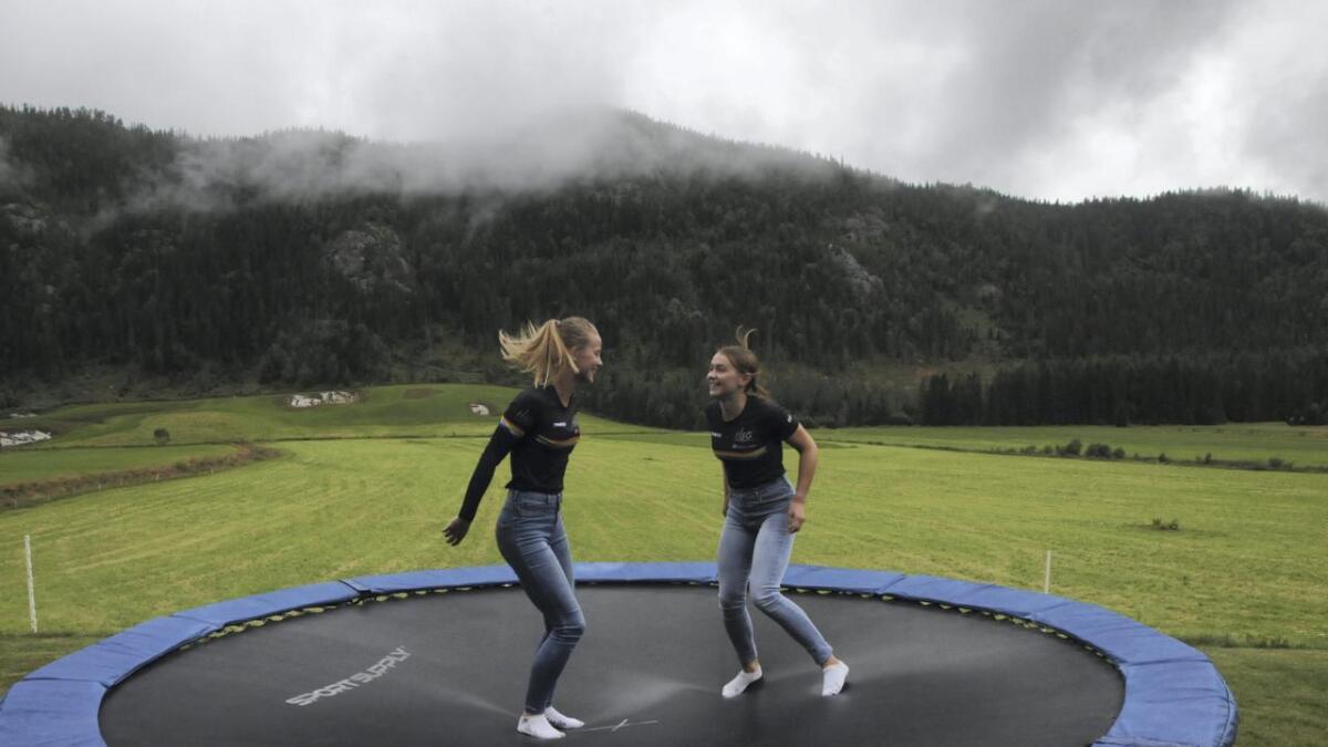 Barndomsvenninnene Ingerid Vadder (t.v.) og Gunhild Kvålseth skal no gå på skigymnaset på Hovden saman.