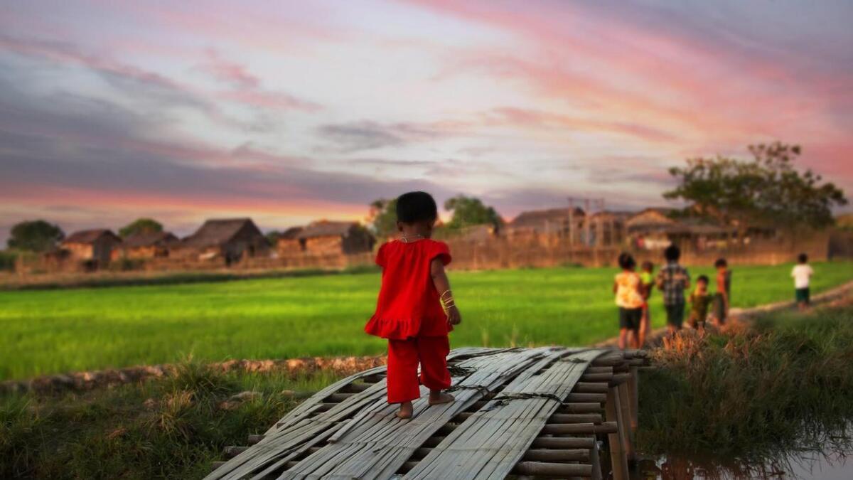 På landsbygda bur tre fjerdedelar av befolkninga i enkle kår. Dette biletet er frå ein liten landsby mellom Yangon og Bago. Familiane her hadde éin mobiltelefon. Den brukte borna til å spele på. Sim-kort var for dyrt.