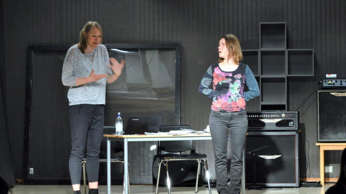 Beathe Frostad og Astrid Elise Sæterøy gjorde inntrykk på elevene med sitt fortellerteater.