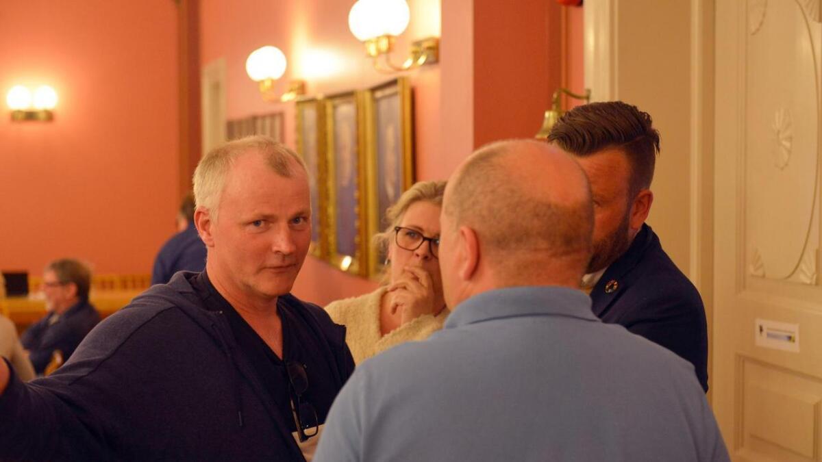 Svein Berntsen (t.v.) bekrefter at beboere i Dyvig har tatt kontakt med jurist vedrørende bystyrets vedtak. – Det bør bli en stor sak ut av dette, sier han.