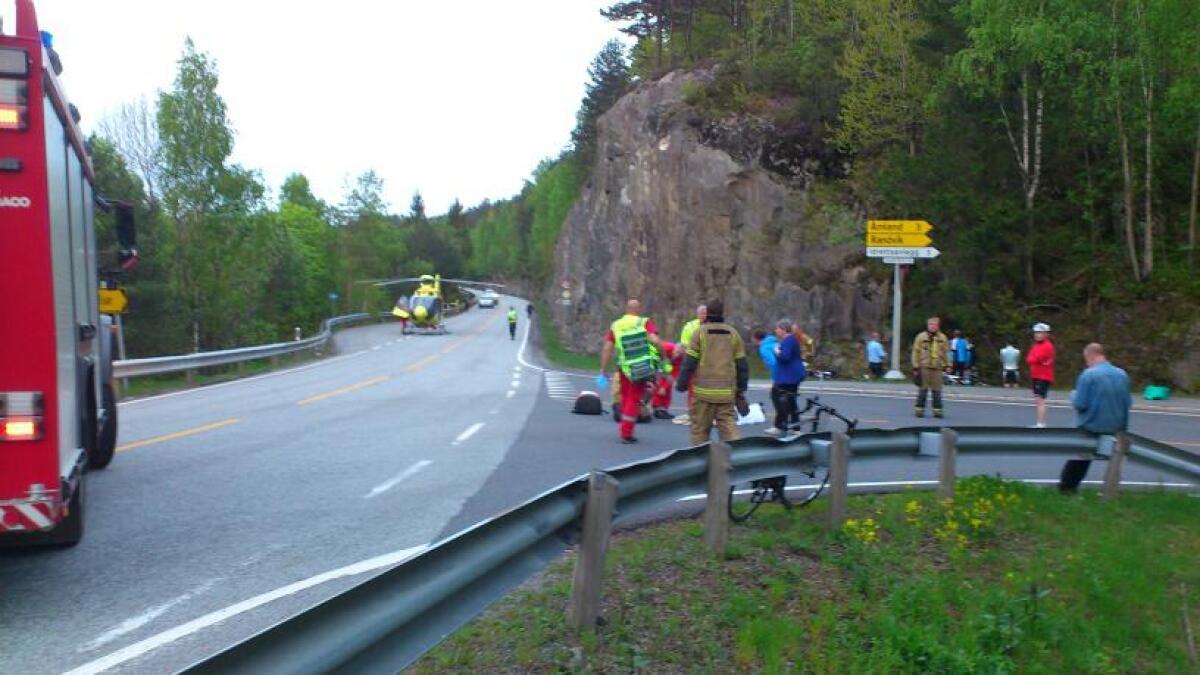 To syklister ble påkjørt av en bil her i Risør torsdag kveld og ble liggende i veibanen.