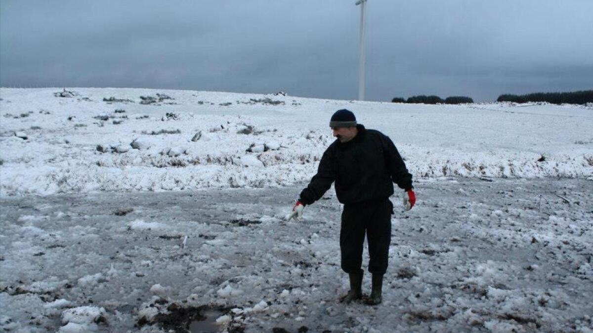 Bredo Våland viser hvor en isklump har slått ned på Flatjæren.