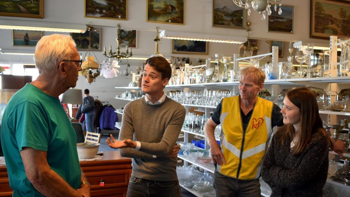 Oddvar Skaiaa viste stortingsrepresentant Tore Storehaug og de lokale KrF-toppene Geir Svenningsen og Jona Lie rundt i den romslige gjenbruksbutikken på Tingsaker.
