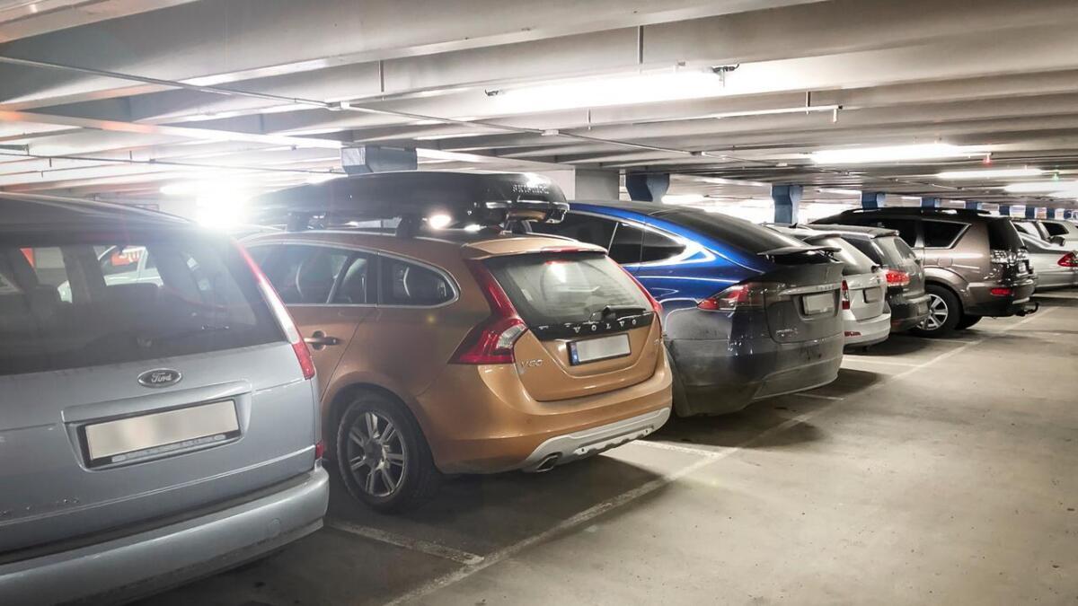 Ser du feilen? Det smeller oftere når man rygger ut enn inn på en parkeringsplass.