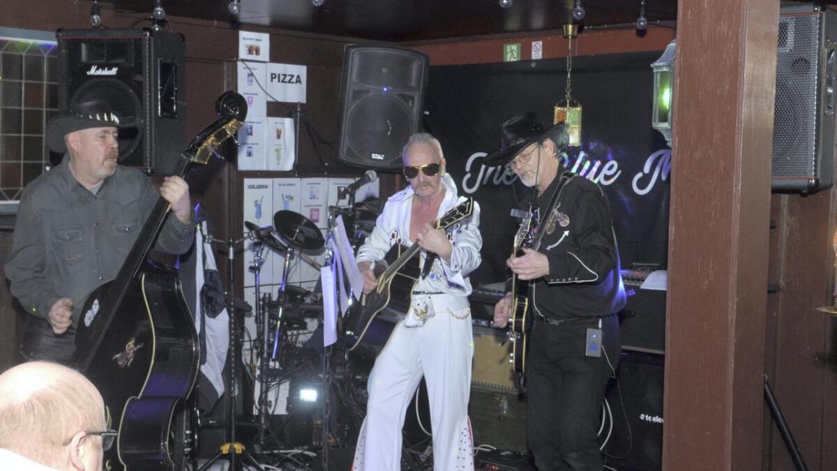 The Blue Moons har spesialisert seg på låter av, om og med Elvis Presley. Vokalist Lars Erik Engebretsen stilte derfor opp i hvit Elvis-dress og gullinnfattede solbriller, inspirert av Elvis i Las Vegas. Begge