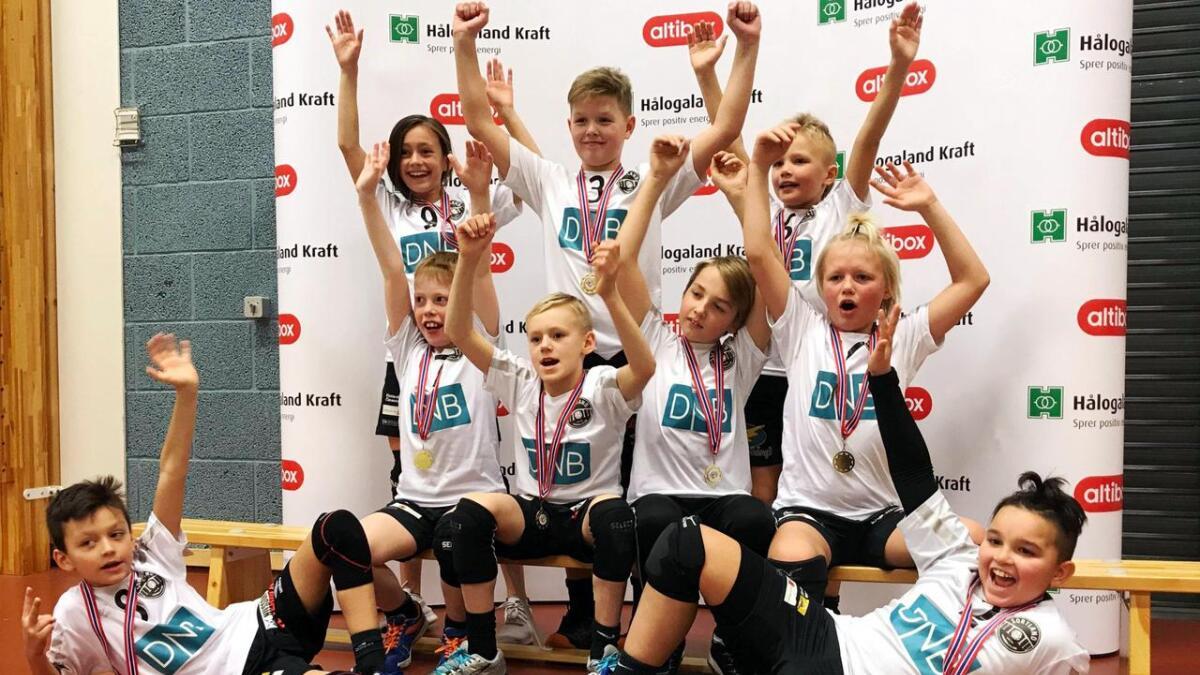 G10-laget til Sortland handballklubb med medaljer og fair play-pris i helgas turnering i Harstad. (Begge