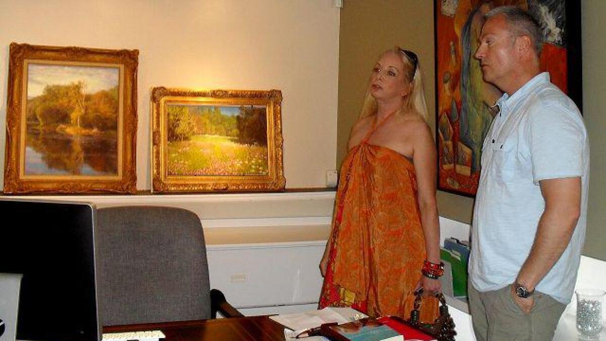 Tina Hillstrom er med Hogstvedt til Anderson Galleries i Beverly Hills for å se på maleriene hans.