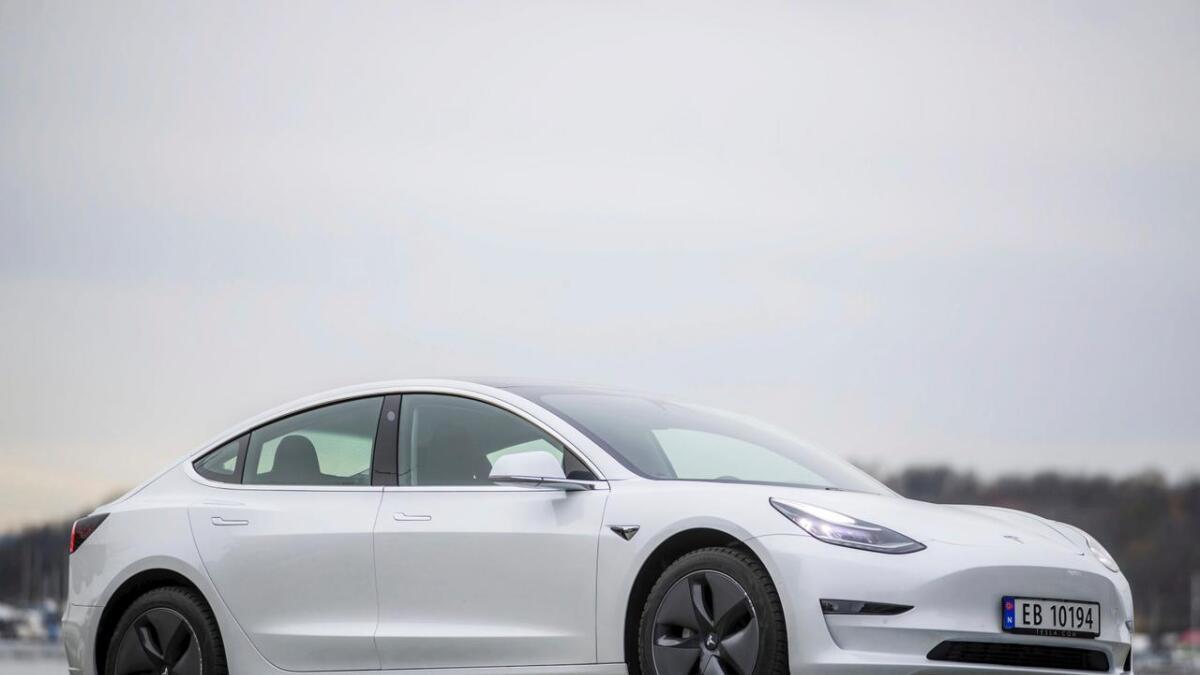 Plus-pakken byr delvis på heilsvart premium-interiør, glastak, spegel som er autodimmande, mogleg å felle inn og oppvarmande, cruisekontroll utan full autopilot, 18-tommars hjul og Pearl White Multi-Coat-lakk.