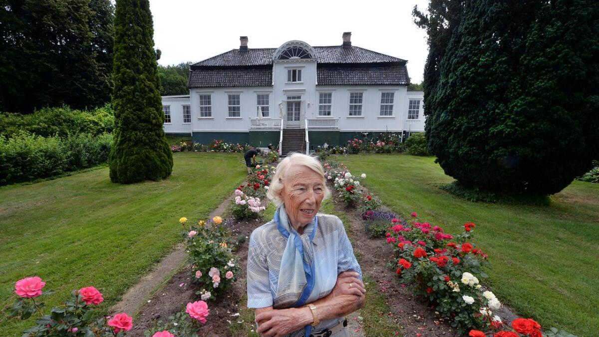 Signe Marie Stray Ryssdal fotografert foran familiegodset Sofienlund på Tromøy da hun fylte 90 år 22. juli 2014.