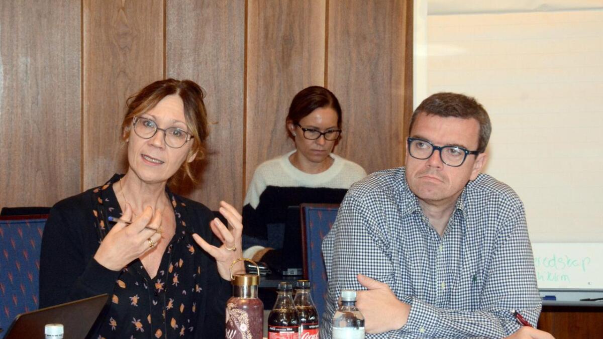 Rådgiver for skole Anette Meling og skolesjef Arne Mowatt Haugland fikk flere anbefalinger til ting kommunen bør jobbe med i den nye revisjonsrapporten.
