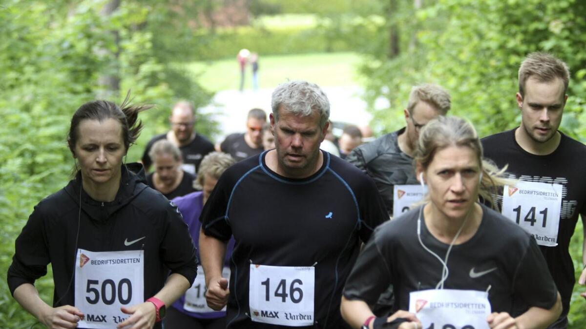 Marte Helmet Holmsve (t.v.), Lars Andreas Hansen og Marthe Stamland var tre av mange som valgt å ta Vardens trimkarusell med tidtaking i Uræddløypa tirsdag.