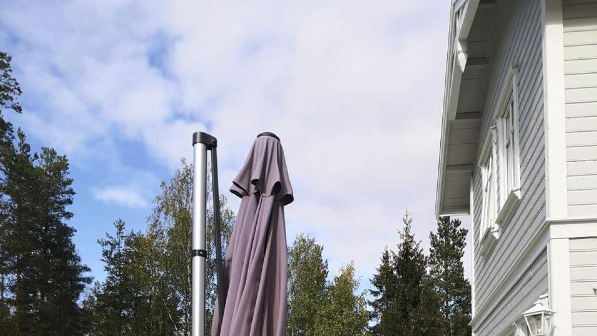 Håkon Alfheim ble overrasket da han så at noen hadde stjålet hans parasoll og satt igjen en gammel blass utgave.