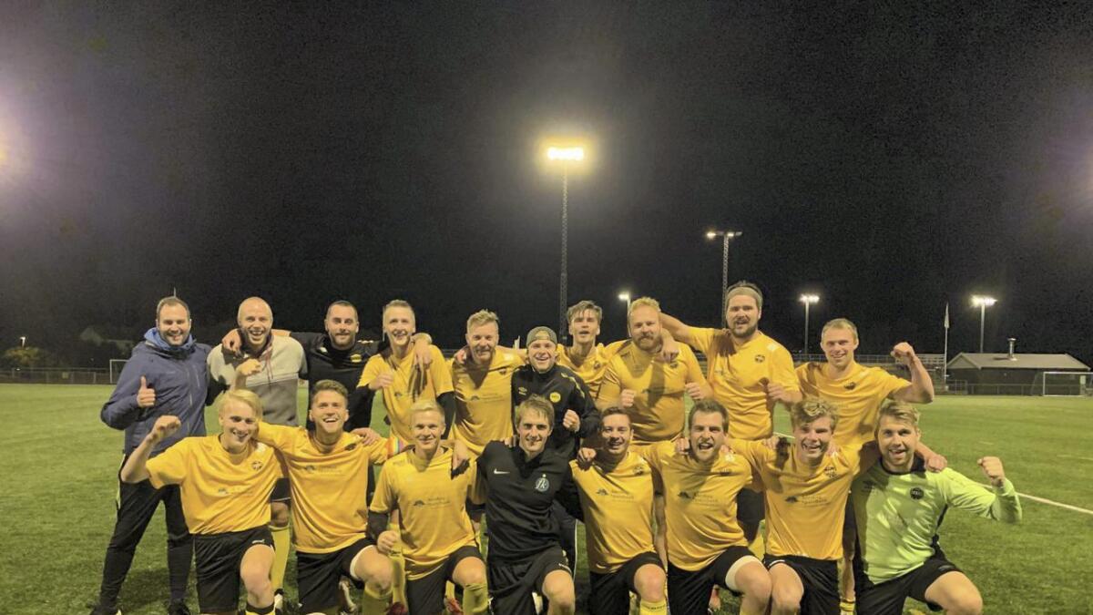 Hvams fotballhertrer kunne juble for KM-tittel etter 3-2 mot Løresnkog 3 fredag kveld.Privat foto